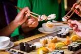 Медики рассказали, кому опасно есть суши